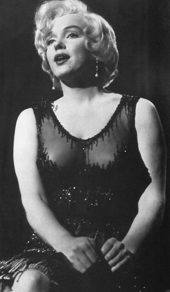 "1959 / Marilyn chante ""I'm through with love"" vêtue de sa fameuse robe noire perlée, dans l'une des scènes du film ""Some like it hot""."