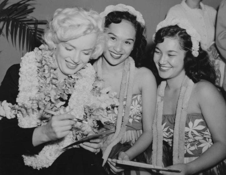 """1954 / Marilyn et Joe, son ami Frank « Lefty » O'DOUL et sa femme Jean, quittèrent San Francisco sur le vol 831 de la """"Pan American"""" pour Tokyo, via Honolulu. Avant son mariage, Joe avait accepté d'accompagner son ami et mentor à un match de base-ball ainsi qu'à un stage d'entraînement pour des débutants au Japon. Marilyn étant suspendue par le studio, Joe lui avait proposé de l'accompagner. Le voyage était organisé par le journal """"Yomiuri Shimbun"""", en l'honneur de Joe, pour fêter la saison de base-ball. Ils firent escale à Honolulu où une nuée de fans les assaillirent. Des policiers durent intervenir pour les escorter, Marilyn étant au bord de la crise de nerfs, dans une salle d'attente isolée."""