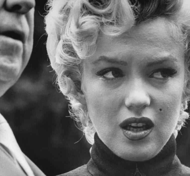 1954 / Annonce du divorce avec DiMAGGIO (part 2, voir TAG) Jerry GIESLER, l'avocat : Marilyn l'engagea en 1954, pour son divorce avec DiMAGGIO. Il avait la réputation de résoudre efficacement les problèmes des stars. Il assura la défense de Charlie CHAPLIN, Errol FLYNN, Lana TURNER, Bugsy SIEGEL (un gangster) et Robert MITCHUM. Tous furent acquittés sauf en 1949 où il ne réussit pas à faire annuler la condamnation de Robert MITCHUM pour détention de marijuana qu'après que celui-ci ait effectué un séjour en prison. Le 6 octobre 1954, dans sa déclaration à la presse sur les raisons du divorce de sa cliente, il parla de « conflits de carrière » et affirma que le divorce serait prononcé pour les raisons habituelles de cruauté mentale, ou en termes légaux « pour souffrances mentales et angoisses aggravées, occasionnées par l'accusé, conduite dont la plaignante ne peut en aucun cas être tenue responsable ». Marilyn quitta le domicile conjugal d'un air sombre, au bras de GIESLER.