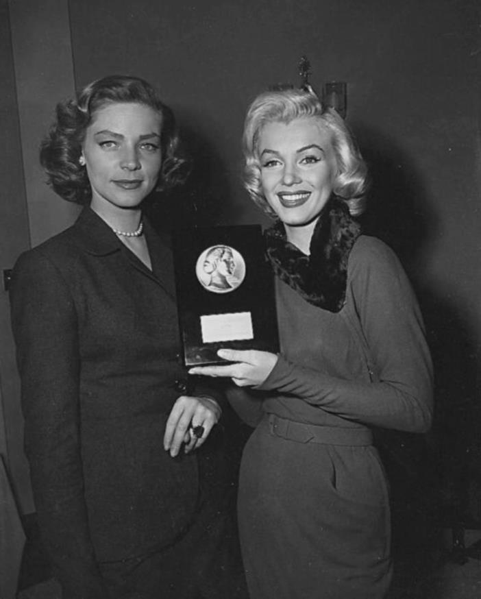 """1953 / Marilyn reçoit cette année là, des mains de Lauren BACALL, le prix de « la débutante la plus prometteuse » par les """"Achievements Awards"""" du  magazine """"Look""""."""