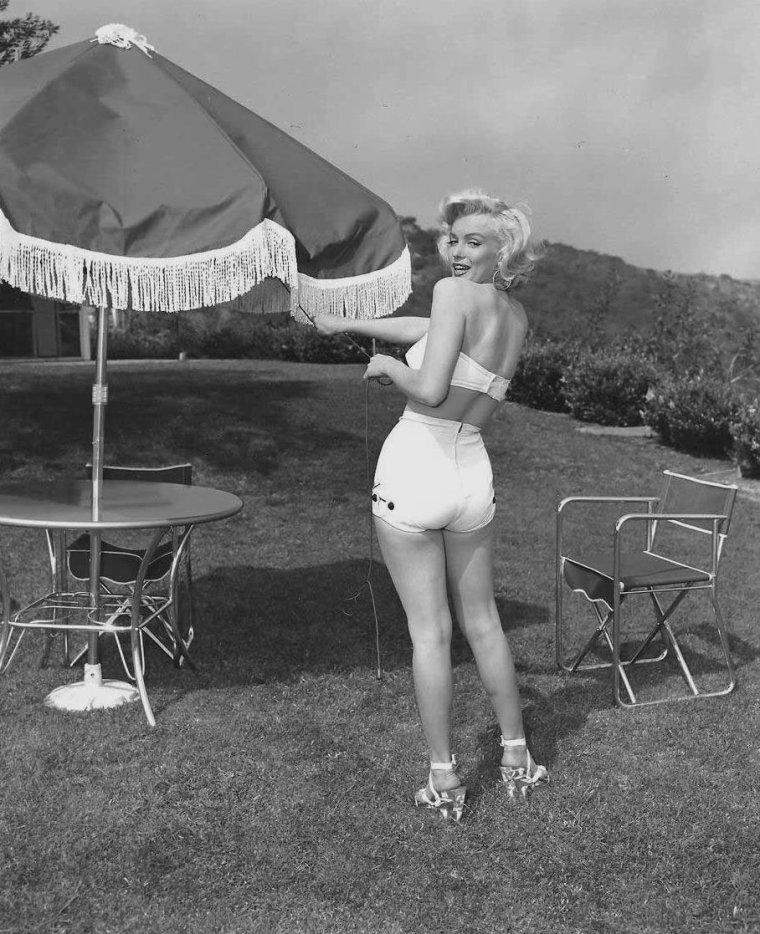 """1953 / by Mischa PELZ... En 1953, Marilyn fit une publicité, dans une brochure, pour le « SunMaster » des """"Garden Umbrella of California"""". (part 2, voir TAG)."""