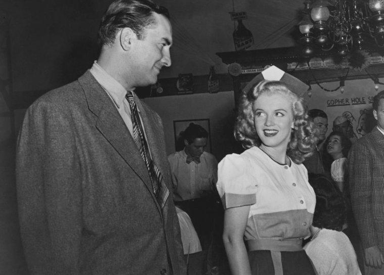 """1947 / Marilyn tourne """"Dngerous years"""" / Ce fut au cours de son premier contrat avec la Fox que, dans « Dangerous years », tourné en 1947, Marilyn interpréta pour la première fois un rôle où elle formulait une réplique. Elle y incarnait une jeune serveuse, Eve, dans un bar nommé le """"Gopher Hole"""", fréquenté par des jeunes délinquants. Bien que ce ne fût pas là son premier film, c'était le premier dont la sortie était nationale (en décembre 1947, date à laquelle la Fox ne renouvela pas son contrat). Marilyn apparaît en quatorzième position au générique. (photos du film et photos diverses de Marilyn cette année là)."""