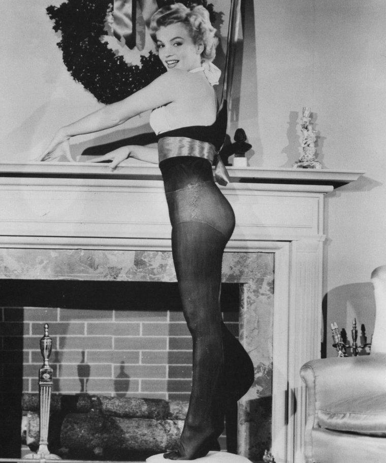 """1951 / Marilyn est élue """"Le plus beau cadeau de noël que tous les soldats aimeraient trouver près de la cheminée"""" en décembre 1951."""