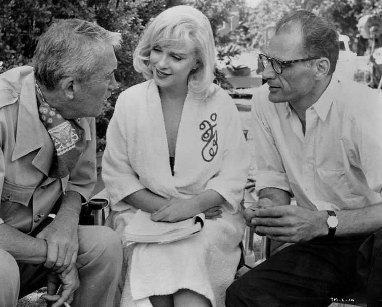 "1960 / Marilyn en peignoir, John HUSTON, MILLER, Clark GABLE et Monty CLIFT lors du tournage du film ""The misfits"", Reno, Nevada."
