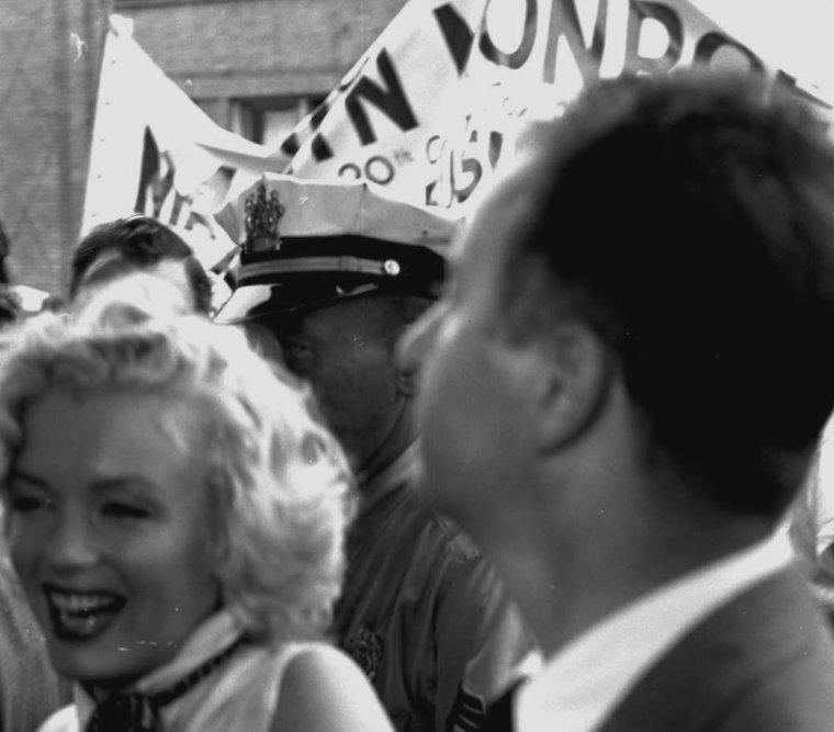 """1952 / Marilyn parade dans les rues d'Atlantic-City, où elle s'est rendue pour l'élection de Miss AMERICA et profite de cette opportunité pour faire la promotion du film """"Monkey business"""" ; par la même occasion, elle en profitera pour visiter un orphelinat."""