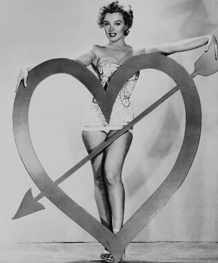 """1952 / by Art ADAMS... Marilyn pose pour des clichés célébrant la """"St Valentin"""" (Valentine-Day). Elle porte le maillot dans lequel elle défile dans le film """"We're not married""""."""