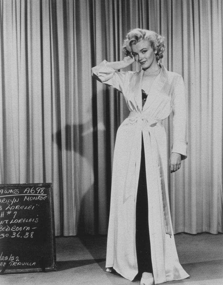 """1953 / Essais costumes pour le film """"Gentlemen prefer blondes"""" (costumes signés William TRAVILLA) (part 2, voir TAG) : Au cinéma, TRAVILLA participe à une centaine de films américains entre 1941 et 1980. Il est plus particulièrement connu pour avoir conçu les costumes de Marilyn sur huit de ses films (dont la robe blanche soulevée sur la bouche de métro, dans la scène devenue mythique de """"Sept ans de réflexion"""", sorti en 1955)."""