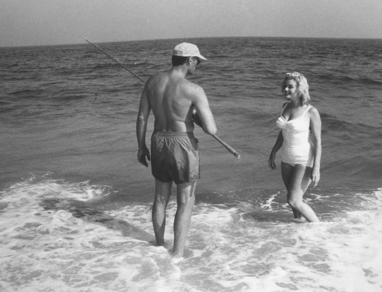 1958 / by Sam SHAW... Marilyn et Arthur à Hampton-beach.