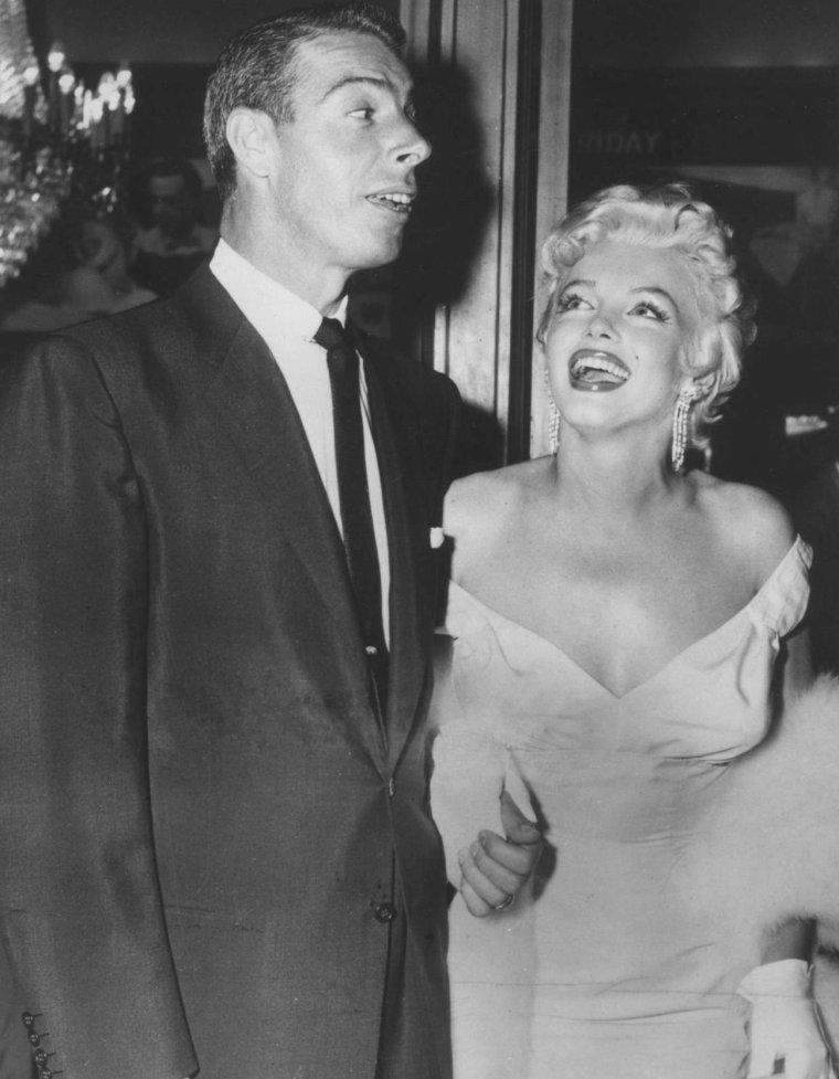 """1955 / Marilyn et Joe assistent à la Première du film """"The seven year itch"""". (part 2, voir TAG)."""