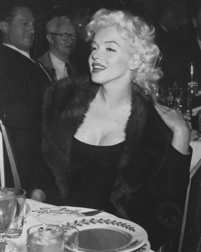 """1955 / Marilyn en compagnie du journaliste Edward R MURROW lors de la préparation de l'émission T.V. """"person to person"""" (voir article dans le blog) et avec Milton GREENE son associé, dans leur bureau des """"Marilyn MONROE Productions""""."""
