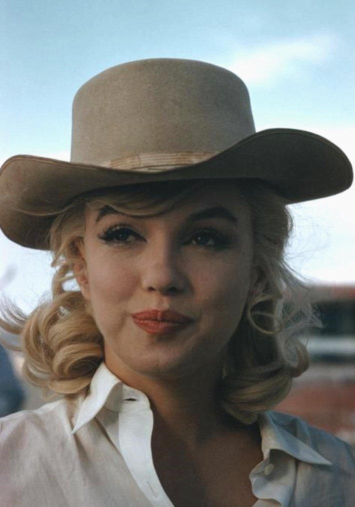 """1960 / Marilyn portant le stetson dans le film """"The misfits"""". (certaines photos signées Eve ARNOLD)."""