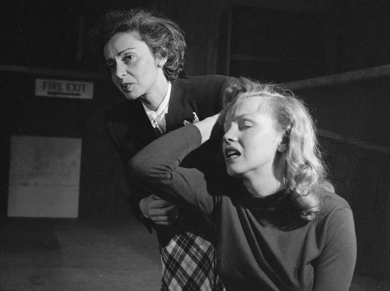 """1948 / Marilyn en pleine répétitions avec son professeur d'art dramatique, Natasha LYTESS, pour le film """"Love happy"""". (part 2, voir TAG)."""