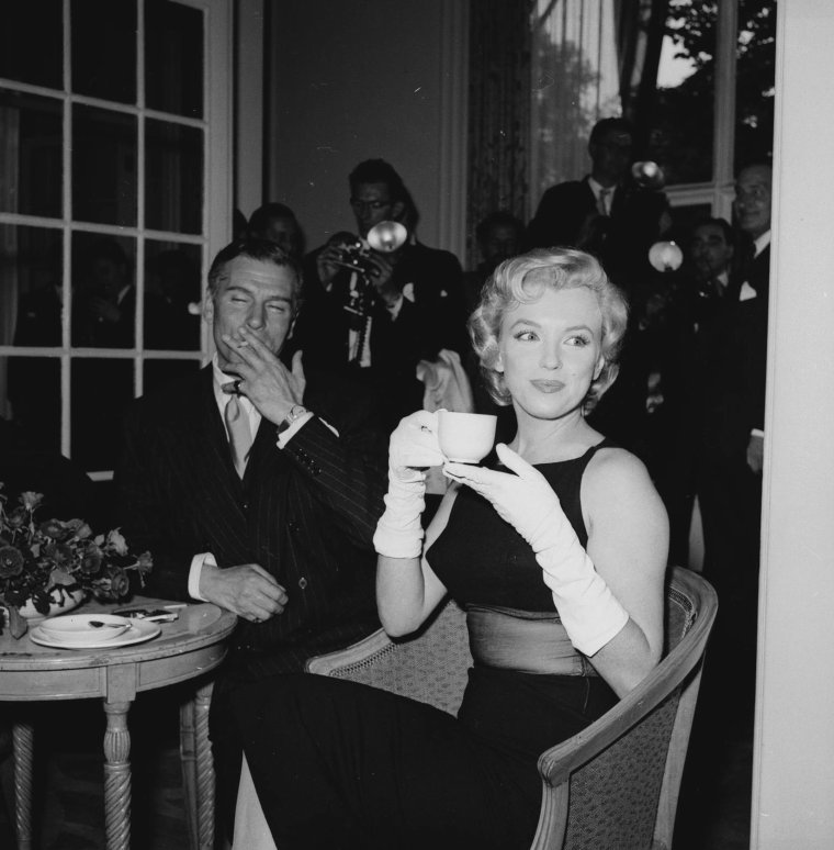 """1956 / Conference de presse à l'Hôtel Savoy à Londres, avec MILLER, Marilyn et Laurence OLIVIER, afin d'annoncer le début du tournage du film """"The prince and the showgirl"""". (part 2, voir TAG)."""