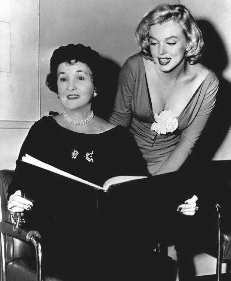 """1957 / Marilyn participe à une réunion préparatoire afin que le """"Free Milk Fund for Babies"""" sponsorise la première mondiale de """"The Prince and the Showgirl""""; Marilyn rencontre Mrs HEARST, fondatrice et présidente de la fondation, et  Mr Russell DOWNING, président du """"Radio City Hall"""", où se tiendra la première le 13 juin."""