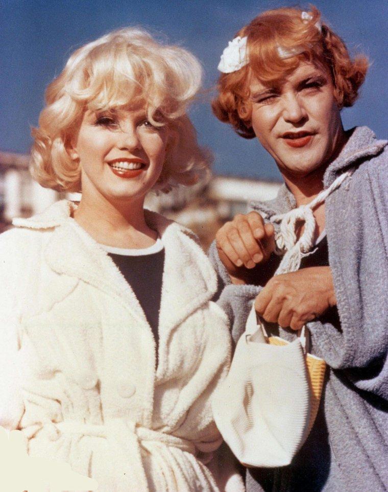 """1959 / Marilyn tourna les extérieurs de « Some like it hot » à Coronado, Californie. Elle logeait au """"Vista Mar Cottage"""", du """"Coronado Hotel""""  à deux heures de voiture de Los Angeles. C'est de là qu'elle écrivit à Norman ROSTEN : « Cher Norman : N'abandonne pas le navire au moment où nous coulons. J'ai l'impression que ce bateau n'arrivera jamais au port. Nous nous sommes engagés dans le Détroit des Détresses. Grande houle et vent de travers mais pourquoi m'en faire. Je n'ai pas de symbole phallique à perdre.  Marilyn  (P.S) : aime- moi uniquement pour mes cheveux blonds (elle cite de travers ce passage d'un poème de Yeats :"""" ... seul Dieu, ma chère, Pourrait t'aimer uniquement pour ce que tu es Et non pour tes cheveux blonds"""". Elle avait repris l'habitude d'absorber chaque soir des doses massives de barbituriques."""