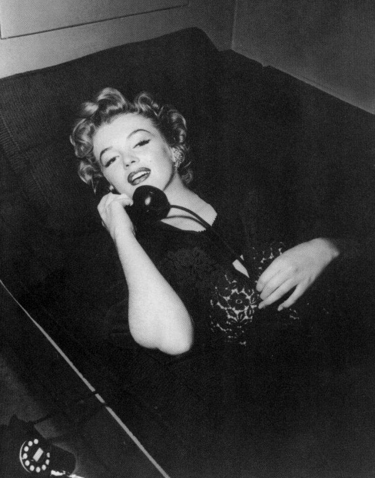 """1952 / Marilyn au téléphone lors du tournage du film """"Don't bother to knock""""."""