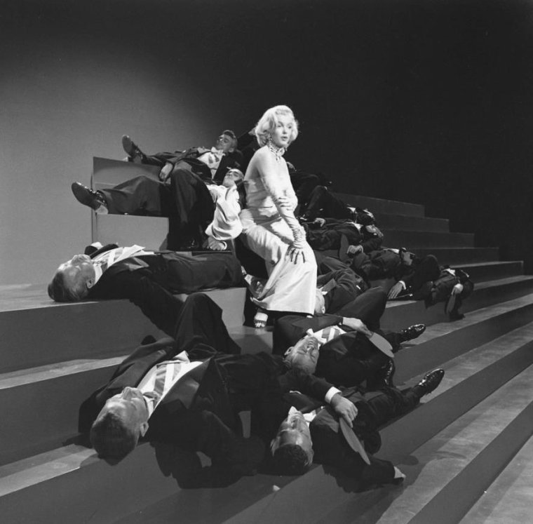 "1953 / Marilyn lors des répétitions de l'une des chorégraphies du film ""Gentlemen prefer blondes"", où elle chante la fameuse chanson ""Diamonds are a girl's best friend""..."