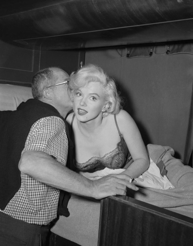 "1959 / Marilyn dans sa couchette de train, pour des photos publicitaires du film ""Some like it hot""."