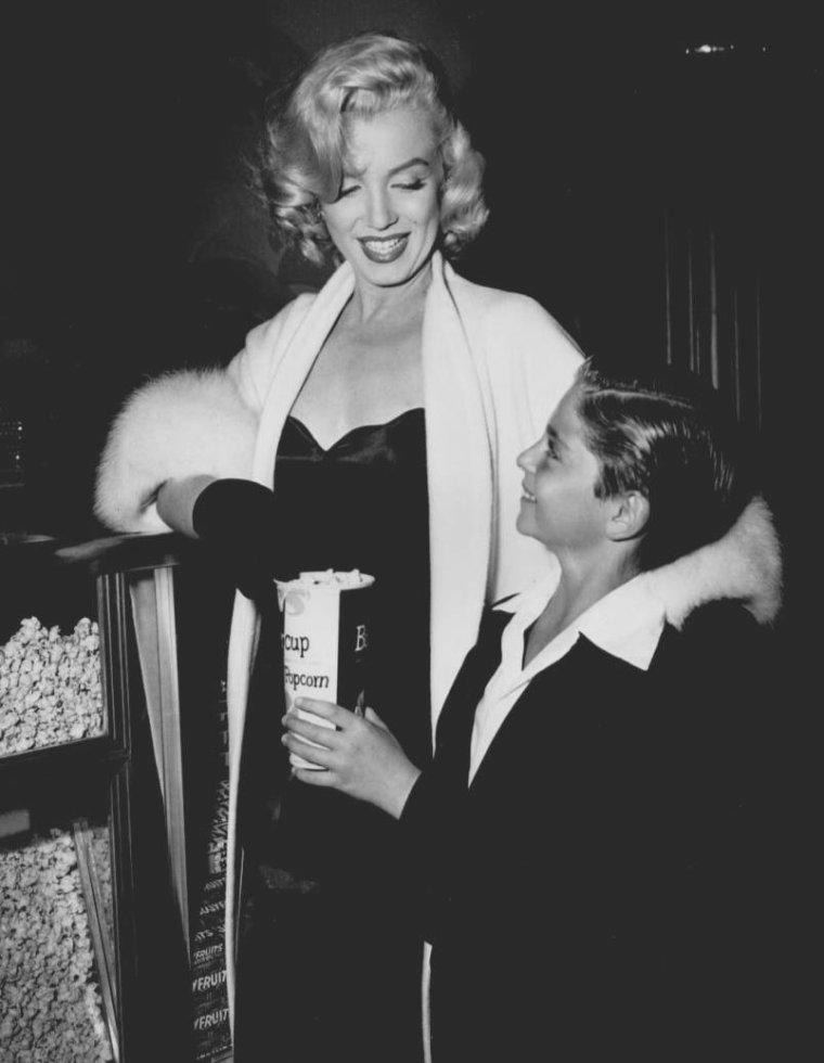 """1953 / Marilyn accompagne Tommy RETTIG (son jeune partenaire dans le film """"River of no return"""") à la Première du film """"5000 fingers for Mister T"""", dont il est l'acteur principal."""