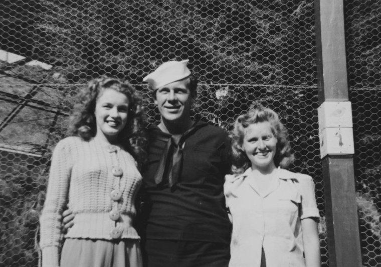 """1942 / PREMIER MARIAGE / 19 Juin, Norma Jeane se marie avec James """"Jim"""" DOUGHERTY. Le mariage eut lieu au domicile de Mr et Mme Chester HOWELL, un avoué, ami de Grace McKEE-GODDARD, au 432 South Bentley  Avenue, West Los Angeles. Grace avait choisi cette maison car elle pensait que l'escalier en colimaçon permettrait à Norma Jeane de faire une entrée théâtrale. Ce fut Ana LOWER qui confectionna la robe de mariée de Norma Jeane. La cérémonie commença à vingt heures trente et fut célébrée par le révérend Benjamin LINGENFELDER, de l'Eglise de la Science Chrétienne. Aucun membre de sa famille, ni sa mère Gladys BAKER (toujours hospitalisée), ni les GODDARD (partis en Virginie), ni sa demi-s½ur Berniece qui n'avait pu se déplacer, n'assistèrent à la cérémonie. Marion DOUGHERTY, le frère de Jim, était son garçon d'honneur ; la demoiselle d'honneur de Norma Jeane était une camarade de """"University High"""", Lorraine ALLEN. Ce fut le petit Wesley KANTEMAN, neveu de Jim (fils de sa s½ur Bille), qui amena les alliances. Ana LOWER remplaça Gladys et emmena Norma Jeane à l'autel. Les BOLENDER, venus de Hawthorn, assistèrent au mariage. Ce fut la dernière fois que Norma Jeane les vit."""