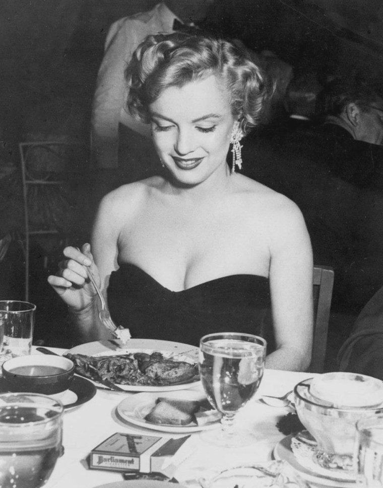 """1952 / 2 Février, Marilyn est conviée à la Première du film """"The african queen"""" au restaurant 'Romanoff""""..."""