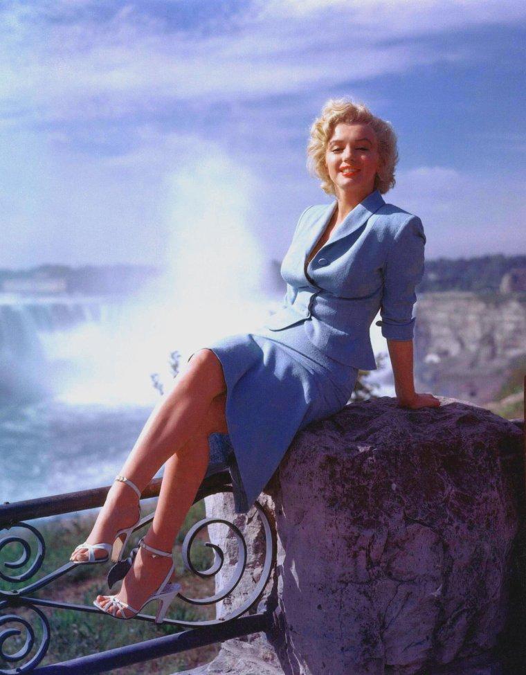 "1952 / Marilyn lors du tournage du film ""Niagara"", portant son célèbre tailleur bleu... (3 photos de Jock CARROLL)."
