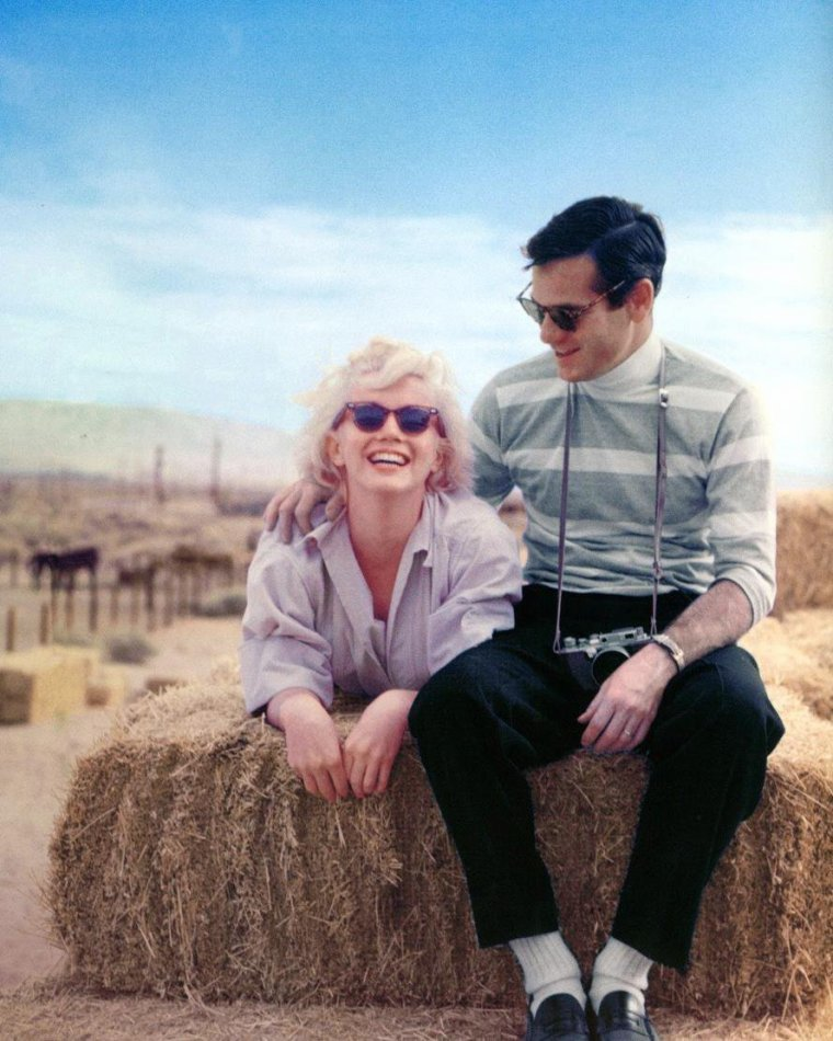 """1953 / by Milton GREENE / RENCONTRE / Septembre 1949 : grâce à son agent Johnny HYDE, Marilyn franchit le seuil de la somptueuse résidence de Rupert ALLAN surplombant le canyon de Beverly Hills. Rupert ALLAN, rédacteur en chef du magazine """"Look"""", avait réuni ce soir là une équipe de photographes new-yorkais ainsi qu'un bataillon de starlettes, en vue d'un essai photo. C'est ce soir là que Marilyn rencontra Milton GREENE, âgé de 27 ans, qui travaillait pour le magazine """"Life"""". Il fit impression sur Marilyn ; malgré sa timidité, son enthousiasme, la flamme avec laquelle il parlait de son métier, ses idées originales subjuguèrent Marilyn. Il comparait la photo à une « peinture à la caméra », une célébration de la beauté féminine. A cette période, il logea au """"Château Marmont"""", un hôtel sur Sunset Boulevard. GREENE repartira pour New York le 14 septembre, sans avoir fait de photos de Marilyn. En 1952,  Amy FRANCO (future Amy GREENE) obtint un rendez-vous avec Milton, afin de lui présenter son book. Mais à ce rendez-vous, Milton fut en retard et Amy repartit sans l'avoir vu. Quelques mois plus tard, son agence lui fixa un nouveau rendez-vous avec Milton. Ils se rencontrèrent avant que Milton ne parte pour Paris où il couvrait les collections de couture pour le magazine """"Life"""" : avec David HAFT (avec qui Amy sortait de temps en temps), Milton organisa une soirée à son studio. Suite au rendez-vous raté, Amy lui lança « Bonsoir Milton GREENE, au revoir Milton GREENE ». Eté 1952 : Milton était à Paris. Il sortait à cette époque avec le mannequin Nelly NYAD. De Paris, ils allèrent faire un séjour en Espagne. Automne 1952 : au cours d'une nouvelle sortie prévue avec David HAFT, Amy se rendit chez David. Celui-ci lui annonça qu'il a convié Milton GREENE pour la soirée, celui-ci venant de se séparer de Nelly, son ancienne compagne. Milton arriva et tandis que David se préparait, discuta avec Amy. C'est là qu'ils tombèrent amoureux. Amy le rappela mais Milton ne lui répondit pas."""