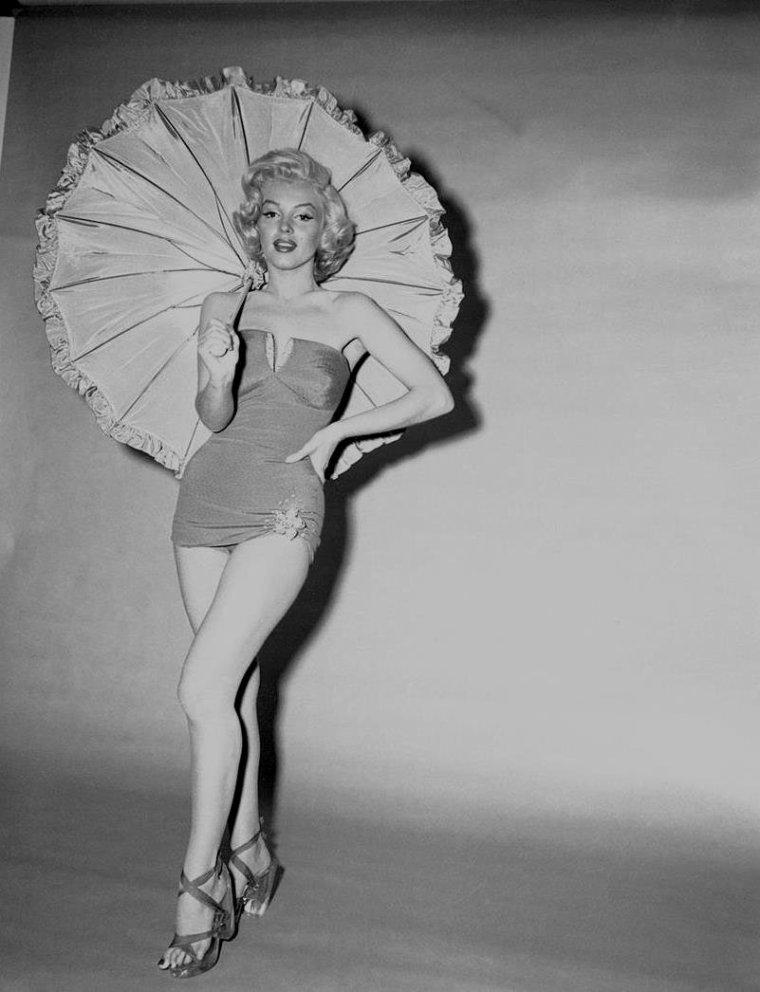 """1953 / by Bert REISFELD... Marilyn posant avec une ombrelle pour des photos publicitaires du film """"How to marry a millionaire""""."""