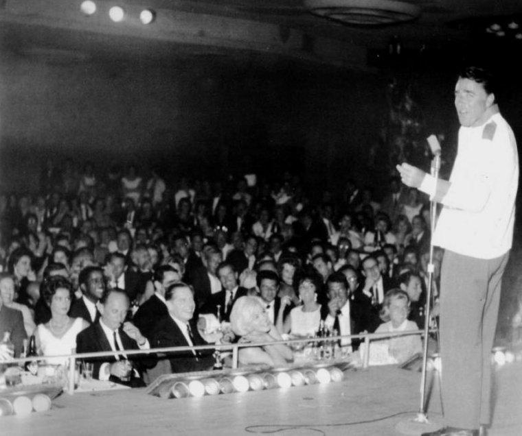 """1961 / 7 Juin, Frank SINATRA, qui se produisait au """"Sands"""" de Las Vegas, donna une fête en l'honneur des  quarante-quatre ans de Dean MARTIN. Peter et Pat LAWFORD, Jean KENNEDY SMITH (s½ur de Pat, John et Robert KENNEDY), Peter LAWFORD, Elizabeth TAYLOR et Eddie FISHER, et Marilyn, entre autres, y assistèrent."""