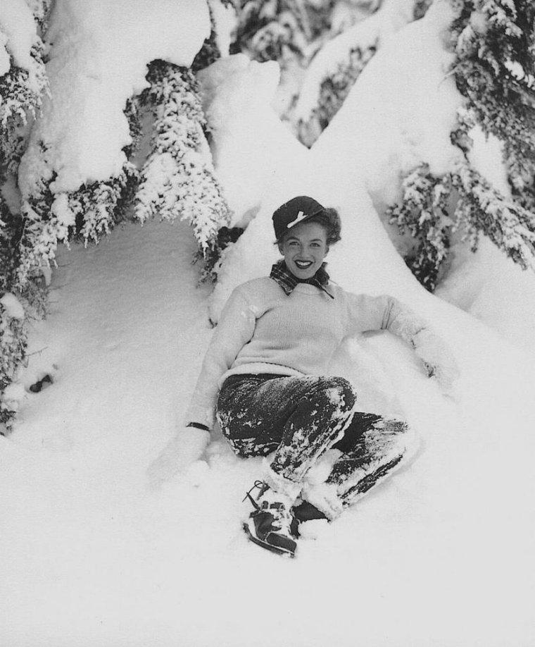 1945 / by Andre De DIENES... Il emmène Norma Jeane au Mont HOOD pour ces superbes photos dans la neige / Le mont HOOD est un stratovolcan situé dans le nord de l'Oregon, au nord-ouest des États-Unis. La montagne est à environ 100 km (60 miles) à l'est de Portland. Ces pics couverts de neige marquent la frontière entre les comtés de Clackamas et de Hood River. C'est le plus haut sommet de l'Oregon et le 4ème de la Chaîne des Cascades. On peut voir facilement la montagne depuis Portland et Vancouver, ville de l'État de Washington.