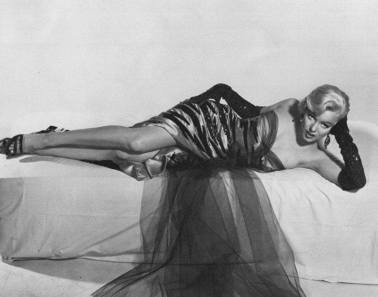 """1954 / Photos publicitaires pour le film """"The seven year itch""""."""