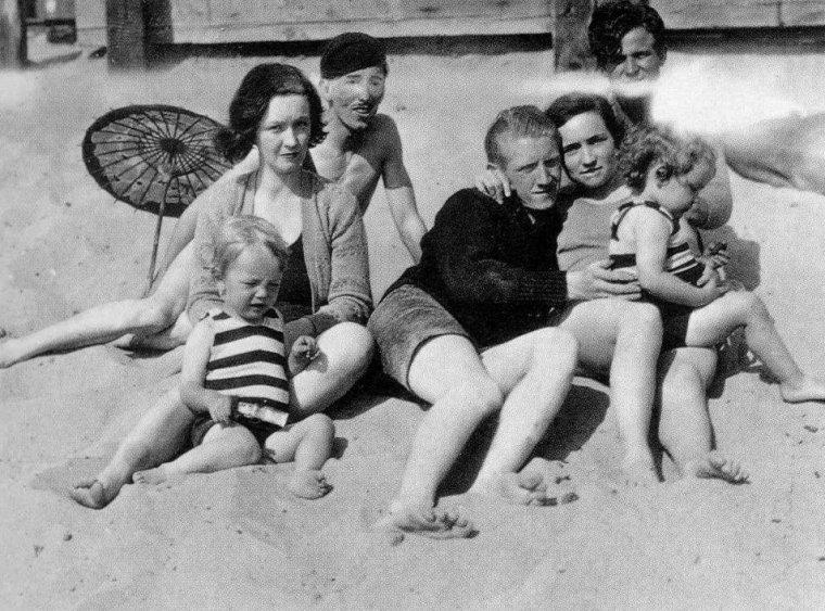 1928 / La petite Norma Jeane âgée de deux ans, sur la plage de Santa Monica, avec sa maman Gladys et des amis...