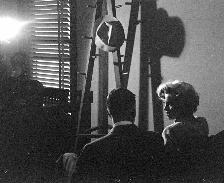 1952 / by George SILK...  26 Juin, Marilyn fut appelée à témoigner devant le juge Kenneth HOLADAY dans le procès contre Jerry KAUPMAN et Morie KAPLEN, accusés de vendre des photos de nus par correspondance et d'avoir utilisé à cette occasion le nom de Marilyn pour leur publicité.  Roy CRAFT, publicitaire à la Fox était à ses côtés. Joe DiMAGGIO la soutient à cette occasion qui lui valut encore plus la sympathie du public. (part 2, voir TAG).