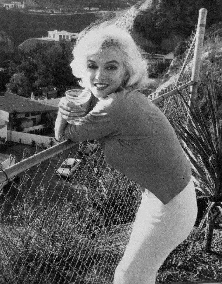 1962 / by George BARRIS... Marilyn et le champagne, une longue histoire d'amour... Elle en buvait à toute heure et à toutes occasions, et sa marque favorite, le Dom PERIGNON dont elle remplissait son frigo, à l'époque, des demi bouteilles, qu'elle ouvrait pour une seule coupe avant d'en ouvrir une autre pour une coupe suivante...