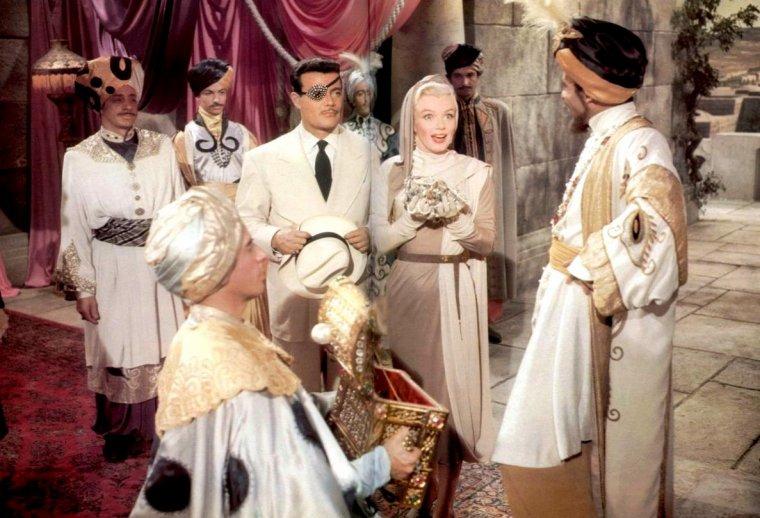 """1953 / Marilyn en backstage, notamment avec Lauren BACALL et lors d'une scène du film """"How to marry a millionaire"""", avec une robe signée TRAVILLA."""