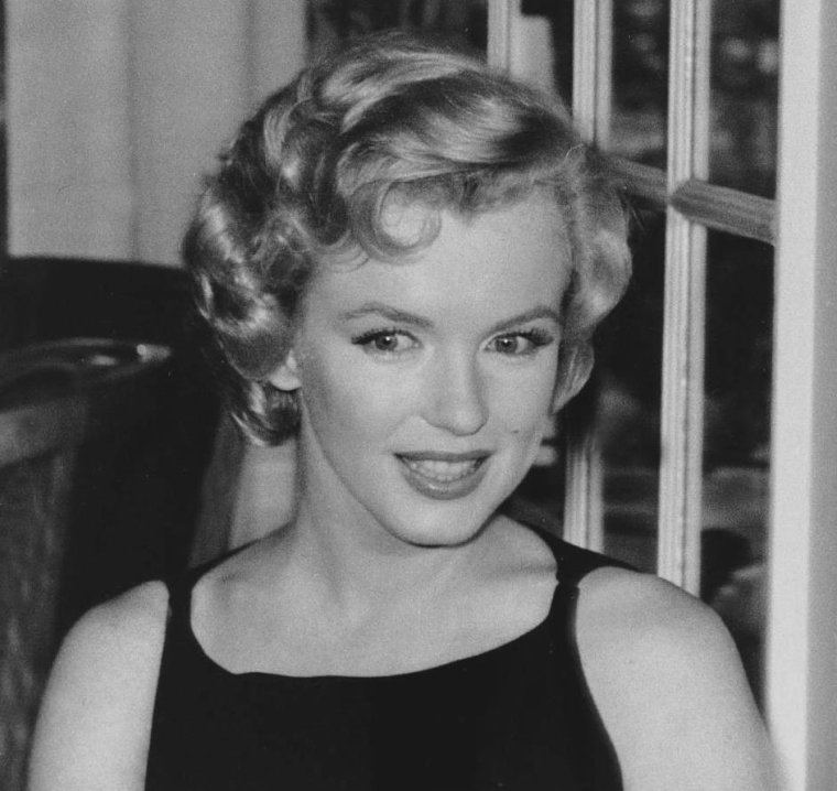 """1956 / Marilyn, MILLER et Laurence OLIVIER lors d'une conférence de presse à l'Hôtel """"Savoy"""" de Londres, annonçant le début du tournage du film """"The prince and the showgirl"""". (part 3, voir TAG)."""