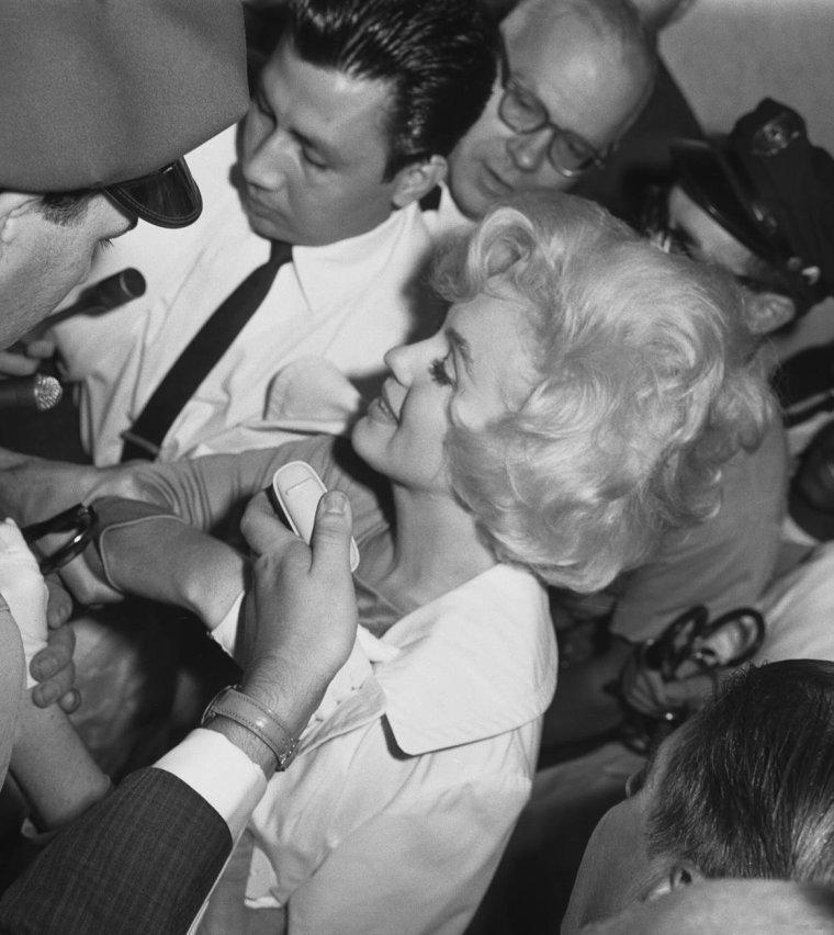 1961 / 11 Juillet, Marilyn sort de l'hôpital en chariot roulant où elle vient de subir l'ablation de la vésicule biliaire... (part 2, voir TAG).