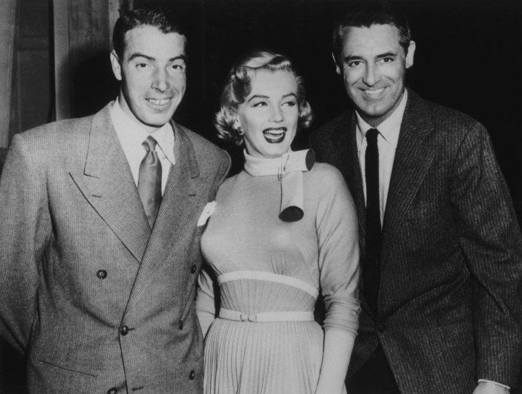 """1952 / Visite surprise de Joe DiMAGGIO sur le plateau du film """"Monkey business"""", le dernier jour du tournage."""