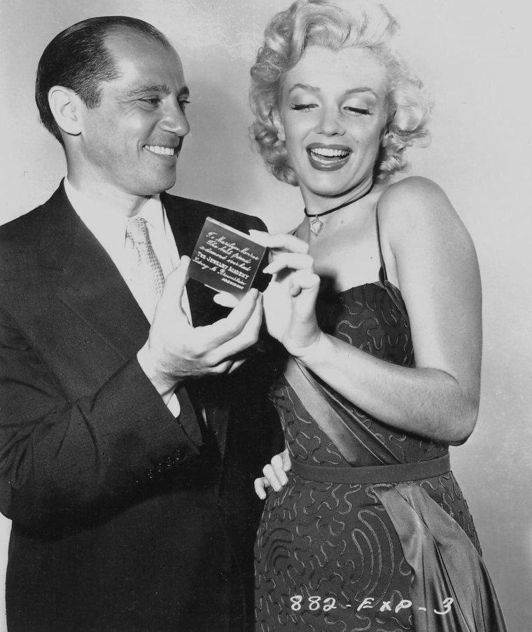 1953 /  A l'occasion de la sortie de « Gentlemen prefer blondes », Marilyn reçut le prix de «  The best friend a  diamond ever had » (« La meilleure amie des diamants ») par l'Académie de joaillerie.
