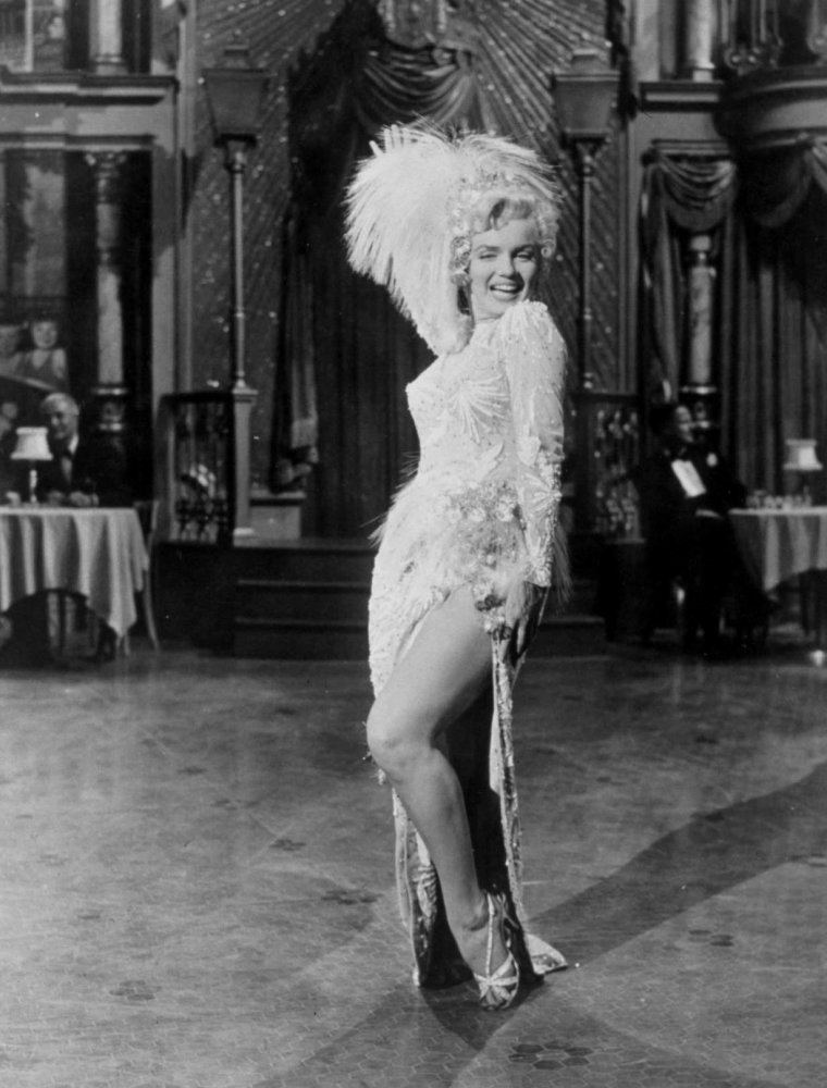 "1954 / Marilyn dans l'une des scènes du film ""There's no business like show business"" où elle interprète la chanson ""After you get what you want""."