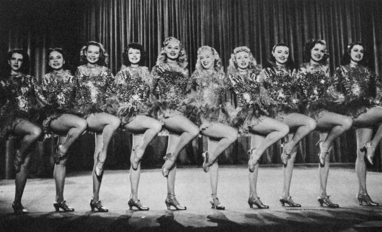 """1948 / « Ladies of the chorus » fut le seul film que Marilyn tourna pendant son passage de six mois à la Columbia. Le film fut tourné en l'espace de dix jours. Elle passait des rôles de figuration à un rôle secondaire, en interprétant le personnage de Peggy MARTIN, une choriste cherchant désespérément à épouser son séduisant fiancé appartenant au grand monde. Ce fut aussi son premier rôle chantant. Son professeur Fred KARGER, dont elle était tombée follement amoureuse, l'aida à donner une solide interprétation des chansons d'Allan ROBERTS et Lester LEE : « Every baby needs a da da daddy » (reprise dans « Okinawa » un film de 1952),  et « Anyone can see I love you ». Ce film marqua le début d'une collaboration de six années avec son professeur d'art dramatique, Natasha LYTESS. Sur ce tournage, Marilyn fut habillée pour la première fois par le créateur Jean-Louis, avec qui elle collabora à nouveau pour ses deux derniers films. Bien que son nom fût mentionné pour la première fois par Tibor KREKES dans une critique du """"Motion Picture Herald"""", son interprétation, qui n'avait pas convaincu le chef des studios Harry COHN, n'incita pas la Columbia à donner suite à leur collaboration."""