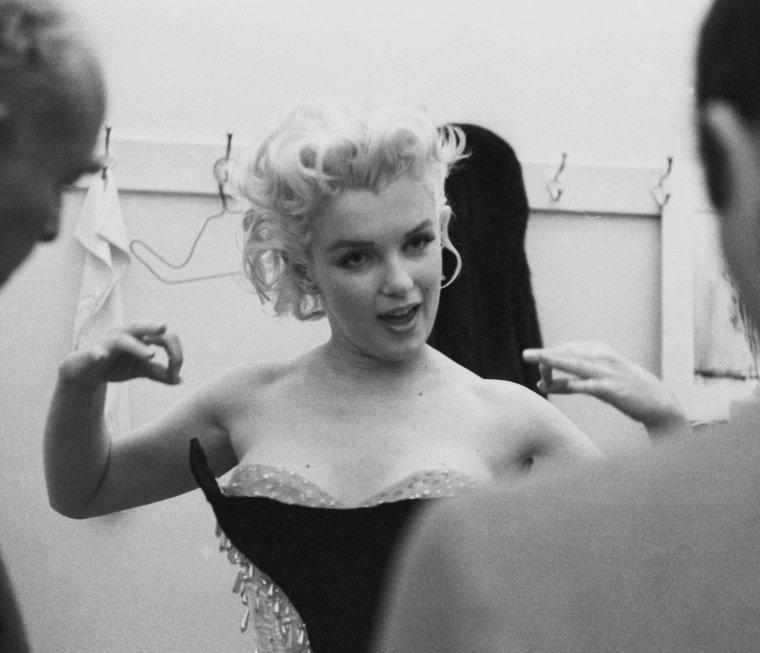 """1955 / by Ed FEINGERSH... Essayage costume chez """"BROOKS"""" en compagnie de Milton GREENE, en vue d'un gala de charité organiés au """"Madison Square Garden"""", où Marilyn paraîtra sur le dos d'un éléphant peint en rose... (soirée organisée par  Mike TODD et le cirque """"Ringling Brothers Circus"""", au profit de la Fondation pour l'arthrose et les affections rhumatismales). (part 2, voir TAG)."""