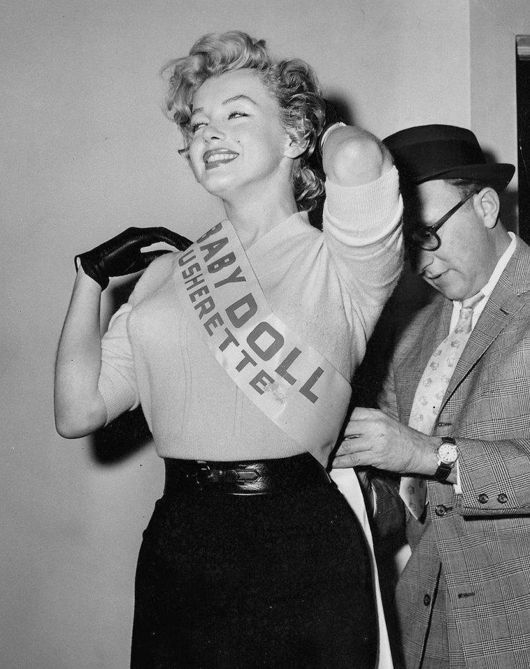 """1956 / Marilyn se rend à l'Actors Studio afin de récolter des fonds pour la fameuse école d'art dramatique, pour faire la promotion du film """"Baby Doll"""" ; elle jouera pour un temps les ouvreuses, Louella PARSONS, la célèbre chroniqueuse viendra lui rendre visite. (part 2, voir TAG)."""