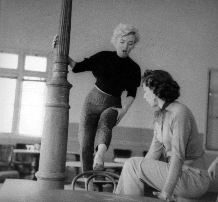 """1956 / by Milton GREENE... Marilyn en pleine répétitions de la chorégraphie dans le film """"Bus stop"""" où elle danse et chante la fameuse chanson """"That old black magic"""", dans un saloon."""