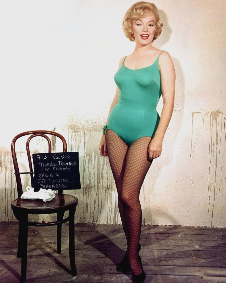 """1960 / Marilyn en body vert et Frankie VAUGHAN dans l'une des scènes du film """"Let's make love"""", où il chante """"Hey you with the crazy eyes"""", sous l'oeil d'Yves MONTAND."""