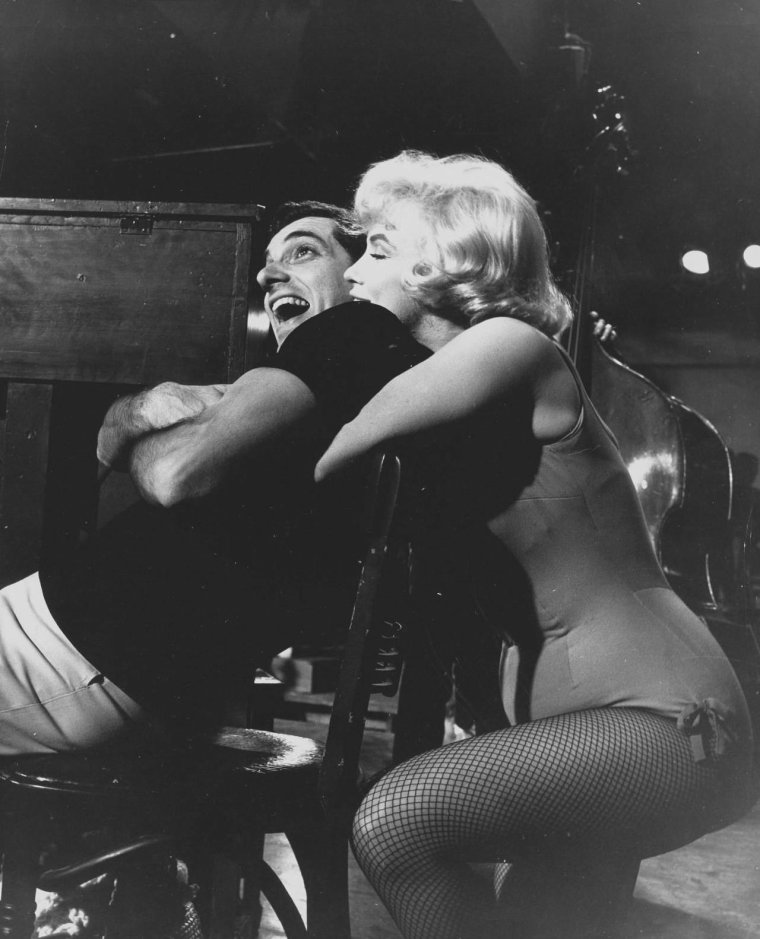 "1960 / Marilyn en body vert et Frankie VAUGHAN dans l'une des scènes du film ""Let's make love"", où il chante ""Hey you with the crazy eyes"", sous l'oeil d'Yves MONTAND."