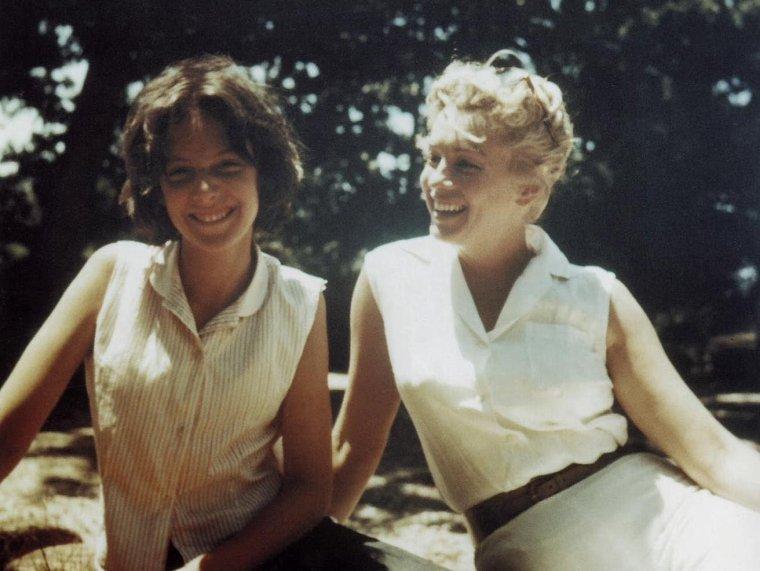 1957 / Deux photos dites candides de Marilyn et les enfants de MILLER, Jane et Robert dont à l'époque elle est leur belle-mère ; Marilyn gardera des relations avec les enfants même après le divorce d'avec Arthur.