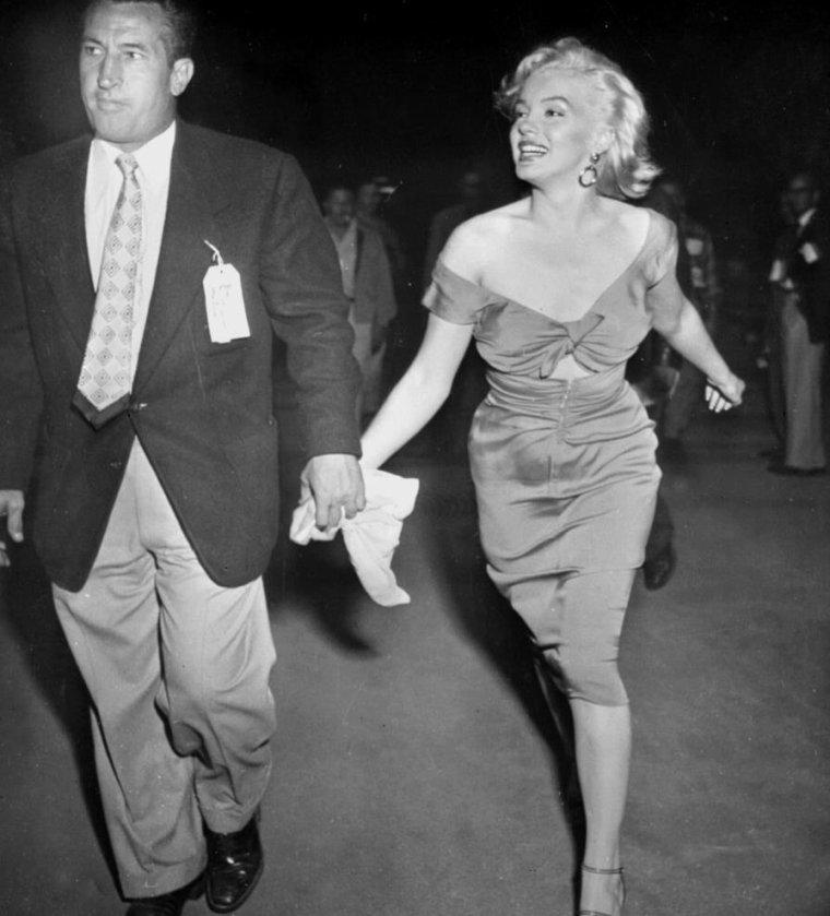 """1952 / 17 Mars, Marilyn assiste à un match de base-ball au """"Gilmore Stadium"""" opposant l'équipe des """"ALL STARS"""" contre les """"HOLLYWOOD STARS"""" au bénéfice du """"Kiwanis Club For Children"""" et de ce fait verra pour la première fois Joe DiMAGGIO jouer ; elle porte pour l'occasion une des robes du film """"Niagara""""."""