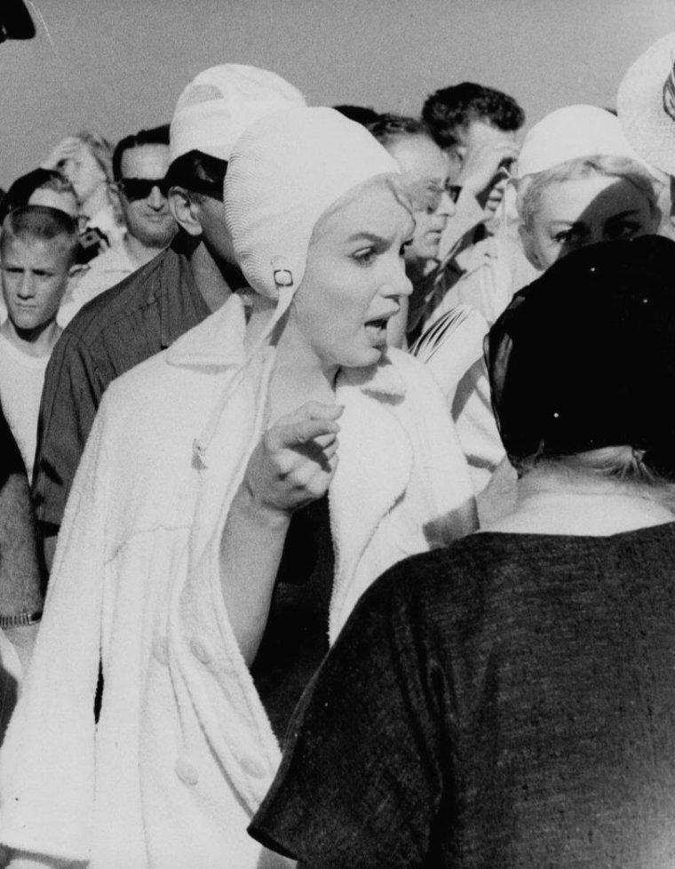 """1959 / Marilyn en maillot et bonnet de bain des années 30, sur la plage de Coronado, pour le film """"Some like it hot""""."""