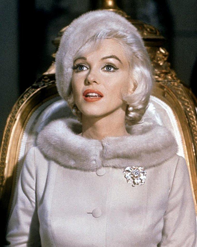 """1962 / Marilyn dans l'une des scènes de son dernier film inachevé """"Something's got to give"""", où, face à l'acteur Wally COX dans le rôle du vendeur, elle essaye des chaussures dans un magasin."""